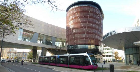 TramwayT1 à la station Auditorium, face à la tour Elitis et près du palais des congrès et de la CCI